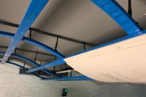 Die darunterliegende Unterkonstruktion für die Wellensegel besteht ebenfalls aus C5-M Profilen, an denen die Deckenplatten befestigt wurden.