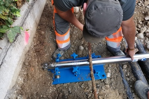 Das Bodenverdrängungsverfahren mit der Erdrakete für die zielgenaue grabenlose Rohrverlegung eignet sich für kurze Unterquerungen und besonders für die Herstellung von Hausanschlüssen aller Art.<br />