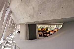 Meilenstein der Sichtbetonästhetik: Das 2005 fertiggestellte Mercedes-Benz-Museum in Stuttgart wurde im Innenbereich mit doppelt gekrümmten Sichtbetonflächen ausgeführt und galt als Maßstab für die Grenze des technischen Machbaren.