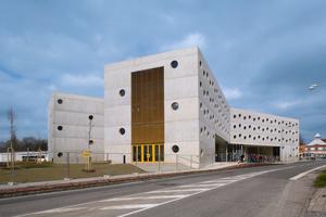 Die Außenflächen des Bibliothekgebäudes mit X-förmig angelegtem Grundriss sollten ursprünglich mit einem Farbanstrich versehen werden. Dank dem hervorragendem Sichtbetonergebnis wurde die Fassade so belassen.