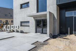 Zweigeschossiges, würfelförmiges Bürogebäude in Sichtbetonbauweise. Die hohe Sichtbeton-Qualitätsanforderung wurde mit dem Einsatz der Rahmenschalung Maximo erzielt.