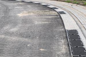 """Insgesamt 185 m D-Rainclean-Sickermulde sind im Baugebiet """"Waldweg"""" einseitig, mit einem Straßengefälle in Richtung Rinne, angelegt worden."""