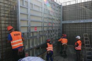 Die neuen Vertikalriegel an den Manto G3 Tafeln erhöhen die Stabilität, bieten umlaufende Anschlussmöglichkeiten für den Transporthaken und dienen als Schnellanschluss für Richtstreben.
