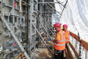 Das modular aufgebaute Kletterfahrgerüst dient als Traggerüst zur Aufnahme der Manto G3 Wandschalung und wird gleichzeitig als Arbeits- und Schutzgerüst für alle Bewehrungs-, Beton- und Nachbehandlungsarbeiten genutzt.
