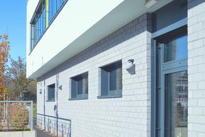 Die tragenden Wände der Regenbogenschule in Hattersheim und auch die Verblender bestehen aus Kalksandstein.
