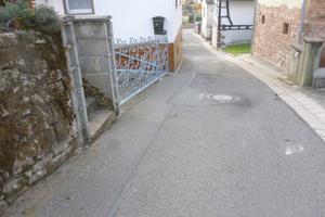 Vorher: Die Scheidelsgasse in Dörrenbach befand sich vor der Sanierung in einem schlechten baulichen Zustand.