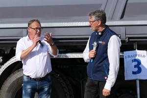 Dieter Schnittjer (r.), VDBUM-Geschäftsführer und Projektleiter der VDBUM-Roadshow, interviewt beim Rundgang Ingo Deist, Gebietsverkaufsleiter der Humbaur GmbH. Die kompetente Moderation durch das VDBUM-Team kommt bei den Besuchern sehr gut an.