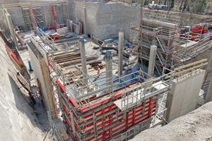 Polier Peter Kaufmann und sein Team von Marti haben das fordernde Projekt in der engen Baugrube gut im Griff.