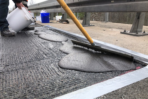 Nachdem die Grundierung grifftrocken war, reprofilierten die Arbeiter den gefrästen Bereich auf Fahrbahnniveau. Der Verbrauch des dafür verwendeten Triflex Asphalt Repro 3K 1:3 thix belief sich auf ca. 20 kg pro 1 cm/m².