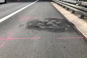 Auf vielbefahrenden Autobahnen kommt es durch Unfälle immer wieder zu Brandschäden, die schnellstmöglich saniert werden müssen, damit keine Gefahren für die Verkehrsteilnehmer entstehen.