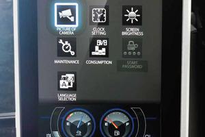 Der intuitiv zu bedienende Menübildschirm liefert wichtige Informationen wie Arbeitsmodus, Wartungsintervalle und Kraftstoffverbrauch und zeigt die Bilder der serienmäßigen Überwachungskameras rechts und hinten an der Maschine.
