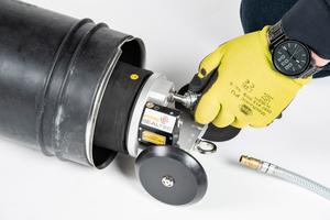 Edelstahlhülsen wie das System Pipe-Seal sind rein mechanisch und lassen sich vergleichsweise einfach montieren. Ein Versetzpacker mit Linienlaser dient als Positionierungshilfe auf der Schadstelle.