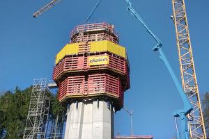 Für die Betonage der Pfeiler kam die vollhydraulische Selbstkletterschalung SKE100 plus zum Einsatz.