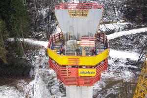 Für die sichere Montage der Pfeilerkopfschalung wurden die hochgekletterten Pfeilerkopfbühnen der Selbstkletterschalung SKE100 plus wiederverwendet.<br />