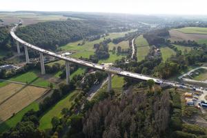 Die 785 m lange Aftetalbrücke ist das Herzstück der Bad Wünnenberger Ortsumgehung. Nach einer Bauzeit von sechs Jahren wird sie im Frühjahr 2022 für den Verkehr freigegeben.