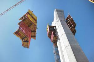 Die SKE100 plus-Bühnenheiten wurden unzerlegt vom Pfeilerschaft weggehoben und zum nächsten Pfeiler umgesetzt – das sparte Zeit und Kosten.<br />
