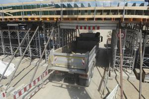 Durchfahrtsöffnung für den Baustellenverkehr dank Überbrückungsträgern Typ 3 in Längsrichtung.<br />
