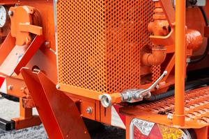 Die Vergusspumpe ist servicefreundlich und schnell zugänglich außen am Tank angebaut, wie auch der separate Bitumenfilter.<br />