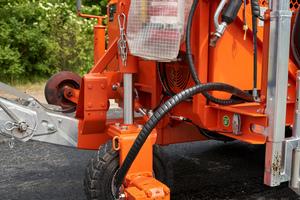 Das Antriebsrad ist hydrostatisch angetrieben, hydraulisch lenkbar und wird für die Transportstellung hydraulisch angehoben.<br />