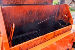 Der isolierte 500 Liter fassende Vergusskessel kann auf dem Rost unter seiner Vorschmelzhaube auch Blockware aufnehmen und beheizen.<br />
