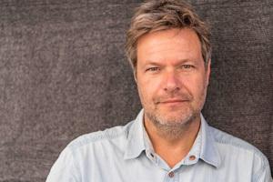Dr. Robert Habeck ist einer von zwei Bundesvorsitzenden der Partei BÜNDNIS 90/DIE GRÜNEN. Davor war er in Schleswig-Holstein als Minister zuständig für die Themen Energiewende, Landwirtschaft, Umwelt, Natur und Digitalisierung.