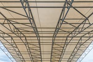 Beim LGS Wetterschutzdach werden die entsprechenden Fachwerkbinder sowie die First- und Auflagerbauteile mit Peri Up Standardbauteilen zu weit gespannten Bindereinheiten verbunden.