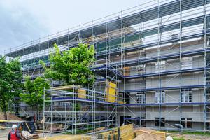Bestandteil der umfangreichen Peri Up Gerüstbauarbeiten sind vorgelagerte Absetzbühnen für den Materialtransport ins erste und zweite Obergeschoss.