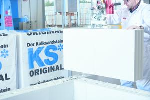 Die großformatigen KS-Elemente werden mit Versetz-hilfen effizient und komfortabel vermauert.