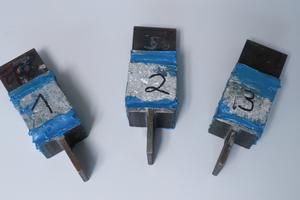 Drei der Probestücke für denVersuchsaufbau, je eins pro Kategorie.