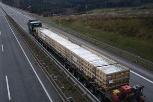 Vom Werk auf die Baustelle: 240-Tonnen-Schwertransport, 60 Meter lang, 16 Achsen<br />