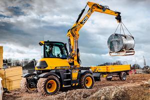 Der JCB Hydradig fährt bis zu 40 km/h schnell. Dank einer Anhängelast von 3,5 t kann der 10-t-Mobilbagger Anbaugeräte und Arbeitsmittel selbst zur Baustelle transportieren.