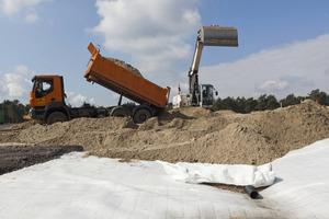 Kettenbagger: Mithilfe eines Kettenbaggers wurde eine Unterbodenzone eingebaut. Die Beschickung erfolgte per Lkw<br />
