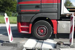 Die verbreiterte Lamelle der intelligenten Fuge wird beim Überrollen vollständig vom Lkw-Reifen belastet.