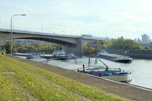 Die Europabrücke führt die Bundesstraße 9 über die Mosel ins Koblenzer Stadtzentrum. Sie zählt mit etwa 100 000 Fahrzeugen zu den am meisten befahrenen Brücken in Deutschland