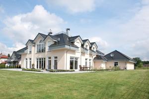 Die Außenanlagen des Neubaus am Rand des Teutoburger Waldes wurden mit Produkten der Richard Brink GmbH & Co. KG ausgestattet