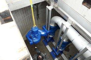 Jede der drei leistungsstarken KSB-Pumpen bringt 800 Kilo auf die Waage. Ihre Installation wurde damit zur Herausforderung fürs Montageteam des Herne-Projekts<br /><br /><br /><br />