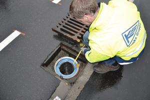 Für den Einbau der neuen Filter in die Straßeneinläufe zeichnete die Gebrüder Förster GmbH, Schwanau, verantwortlich. Ein Mitarbeiter der Firma Funke demonstriert das leichte Wechseln des Filters<br />