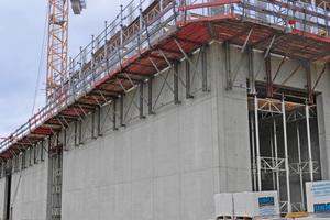 Priorität 1: Sicherheit. Lückenlose Absturzsicherung, sicherer Aufstieg über den Treppenturm und Stützenschalung mit integrierter Sicherheit gehören dazu.Die MEPGerüsttürme mit Gerüstbelägen, Durchstiegsluken und Leiteraufstieg.