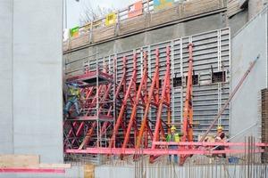 Herausforderung für die Noetop: 9 m hohe Wände, einhäuptig geschalt, mit integrierten Aussparungen für Spannlitzen<br />