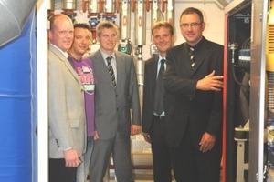 Dietmar Spohn (rechts), Geschäftsführer der Stadtwerke Bochum, inspiziert zusammen mit dem Stadtwerke-Projektteam, v.l. Markus Siepe, Michael Schulz, Jochen Raube und Dr. Frank Peper, die neue Heizzentrale im Nordwestbad; rechts im Vordergrund das BHKW<br />
