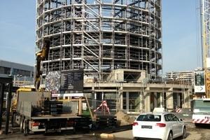 Während der Sockelbau in Stahlbeton hergestellt wurde, bestehen die Stockwerke des Parkturms aus Stahl.