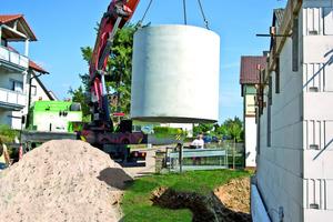 Regenwasser von Dach- und Gebäudeflächen kann in einem Regenspeicher aufgefangen und zurück gehalten werden. Es darf für Bewässerung, Toilettenspülung und Wäschewaschen genutzt werden<br />Foto: Mall