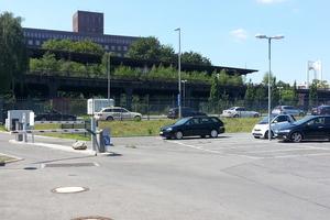 links: Nur eine Schachtabdeckung zeugt vom Pumpwerk. Hier, unter dem Siemens-Parkplatz in Berlin, schafft es den Regen in die Spree, damit die Füße trocken bleibenunten: Werkseitig komplett vorausgerüstet erreichen die Pumpstationen vom Typ LevaPur und LevaPol ihren Bestimmungsort. Der Einbau ist dann ein Werk weniger Stunden