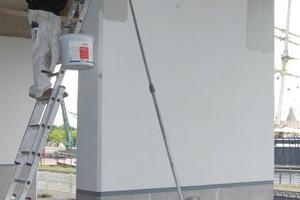Bild 7: Nach Auftrag von Remmers Imprägniergrund folgt hier der Schutzanstrich mit Elastoflex-Fassadenfarbe.