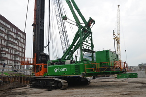 Ein speziell konstruierter Sennebogen 6100 XLR-2 arbeitet bei BAM in Amsterdam zu Gründungsarbeiten