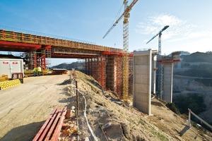 Das Variokit Lehrgerüst ist wichtiger Bestandteil einer umfassenden Peri Schalungs- und Gerüstlösung für die 412m lange Autobahnbrücke über den Rio Sordo<br />