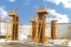 Effizient und sicher: Die klappbare Stützenschalung F4 mit Betonierbühne und dem integrierten Leiteraufstieg mit Rückenschutz<br />