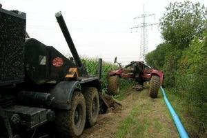 Einpflügen einer Gussrohr-Trinkwasserleitung zur Versorgung von Aussiedlerhöfen bei Köngen, Landkreis Esslingen<br />