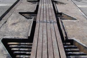 1 Freigelegte 6-profilige Übergangskonstruktion vor dem Ausbau. Gut zu sehen sind die alten Traversen in den Traversenkästen <br />
