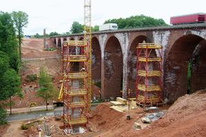 Segment für Segment nach oben: Die Brückenpfeiler werden sukzessive geschalt und betoniert, der Gerüstturm mit dem Baufortschritt segmentweise aufgestockt<br />